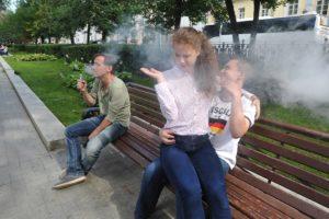 Имеет право взрослый давать курить вейп детям